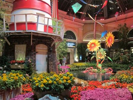 Bon, comme je sens que j'ai plombé l'ambiance, faisons une pause Bellagio, et son jardin enchanteur en plastique : ses moulins, ses tournesols, ses papillons... Ké bonheur !