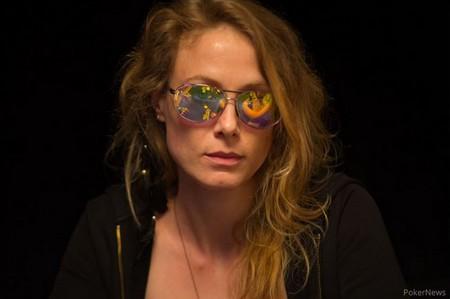 Mes lunettes fétiches (Blue Shark Optics) qui me permettent non seulement d'observer ma table discrètement (enfin sauf quand j'ai une douche de lumière juste au dessus de moi) et qui, surtout, me permettent de voir le flop! (elles sont faites à ma vue et ça a tout changé pour moi!)